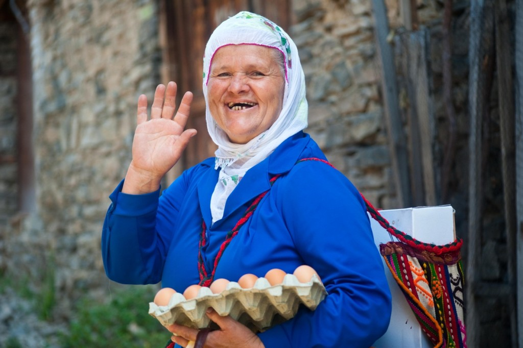 participative-travel_local-woman-in-the-rhodopes